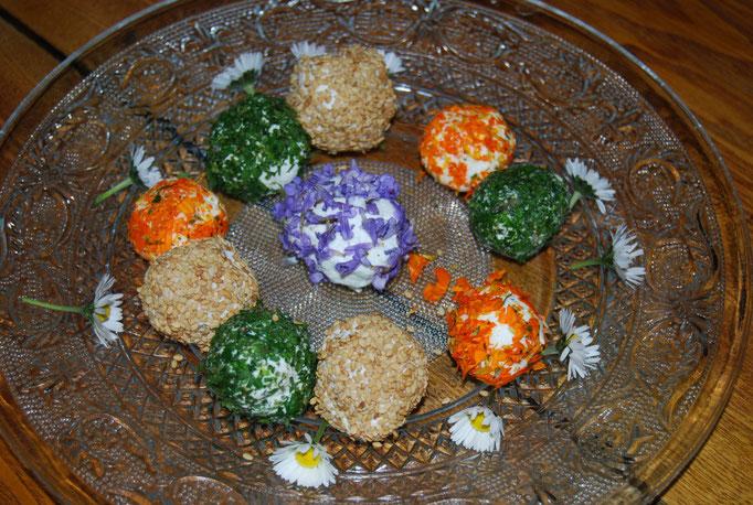 Boules de chêvres mit Ringelblumen, Boretsch und Schnittlauch