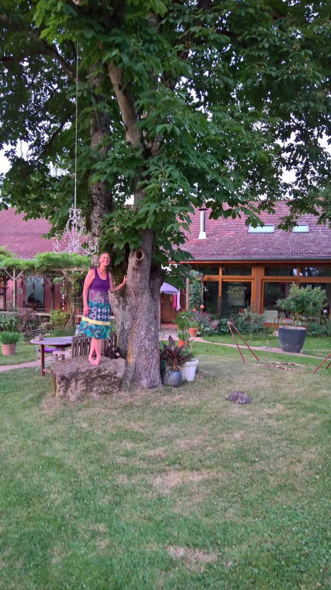 Annette unter dem Kastanienbaum
