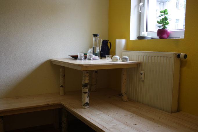 Kleiner Tisch für Essen und Getränke
