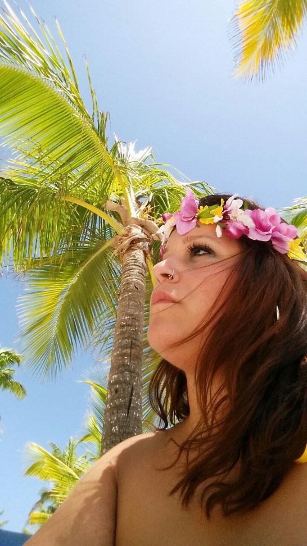 Aquí aparece nuestra guapísima descocada Ángela Suárez luciendo en las playas de Punta Cana su corona de flores.