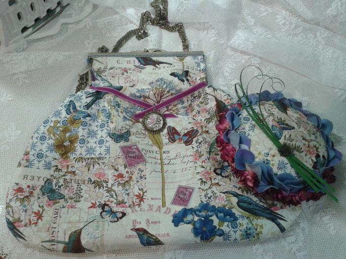 Lazo de terciopelo en buganvilla y colgante de resina con el mismo estampado de la tela.