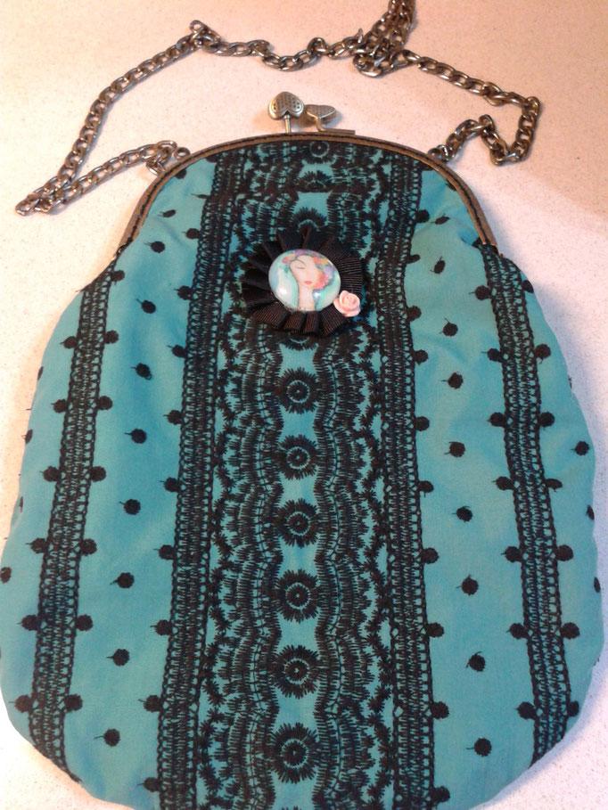 Este bolso se diseñó exclusivamente para ella, con la misma tela del vestido confeccionado por Rosario Piñero.