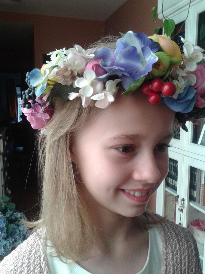 En esta foto la vermos con la corona de flores de tela