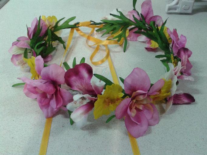 Flores de tela de colores vivos en rosas y amarillos.