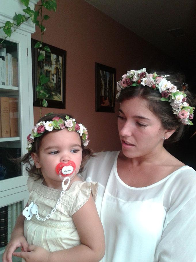 La pequeña Candela Carmona y su tía Rocío Mellado en la prueba de coronitas de flores