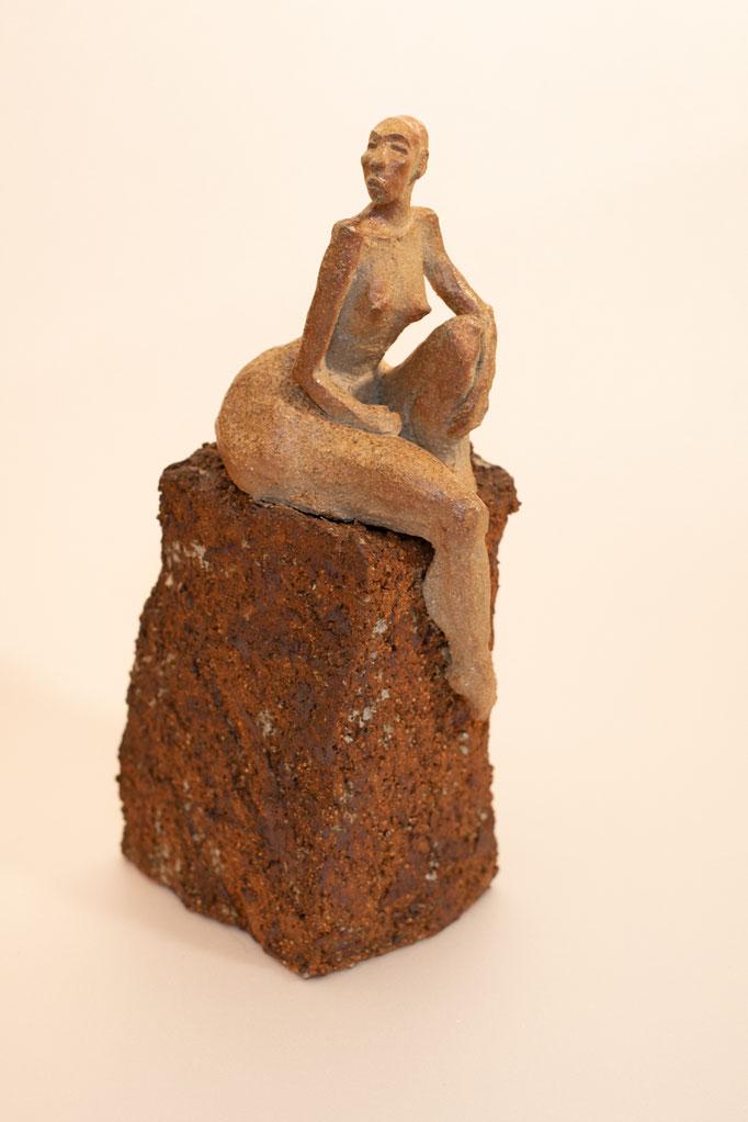 """""""5 ème élément"""" Sculpture Grès noir sur socle terre d'expression cuisson four à bois Noborigama de """"Caco et Sylvie"""" - Juan José Ruiz Artiste/Auteur Sculpteur céramiste dit """"Caco""""-2017-"""