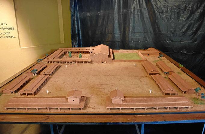 Das Modell einer Missionsstation (Reduktion), vorne der zentrale Platz mit den Indiohäusern, hinten Kirche, Kloster und weitere Gebäude.