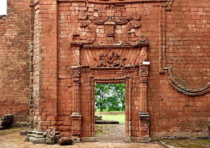 Und ein Nebentor in dieser Kirche. Die Jesuiten (und Indios) wussten schon schön zu bauen.