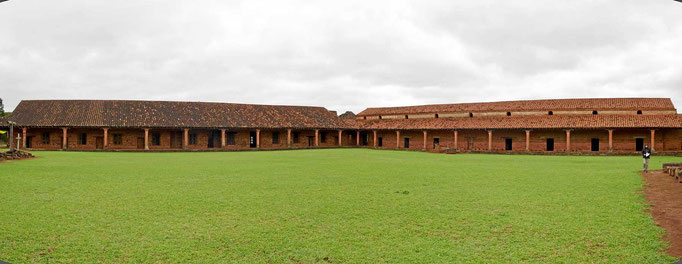 Gebäude am großen Platz der Reduktion San Cosme de Damian.