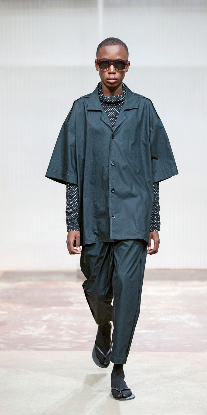 Komfortabel weiterträumen: «Klaesi Holdener » zeigt mit «Dreamerz» Pyjamas und Kimonos, getoppt mit Sonnenbrillen von «Sol Sol Ito».