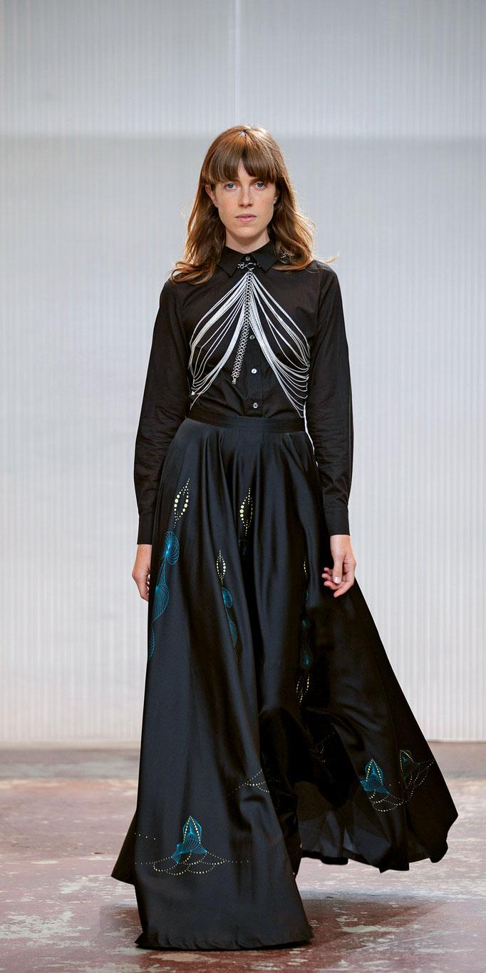 Kunstvoll kollaboriert: «Mourjjan» akzentuiert raumeinnehmende Roben mit Schmuckstücken von «Vanto».