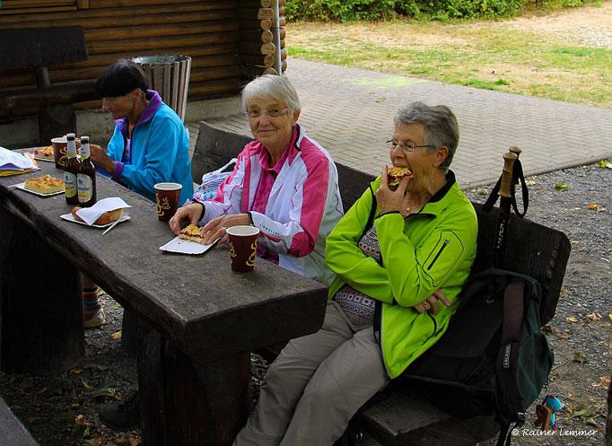 """Wanderfreundinnen bei der  Einkehr der """"Wandern wo die Nasen wohnen"""" Wanderung"""