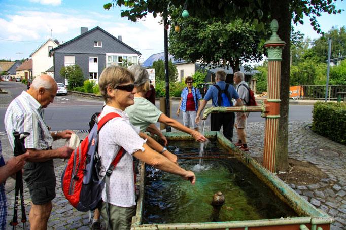Erfrischung am Dorfbrunnen in Gehlert
