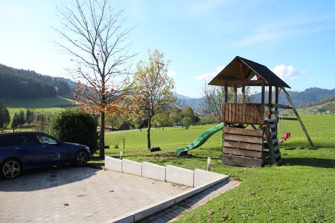 Spielturm für Kinder mit Schaukel