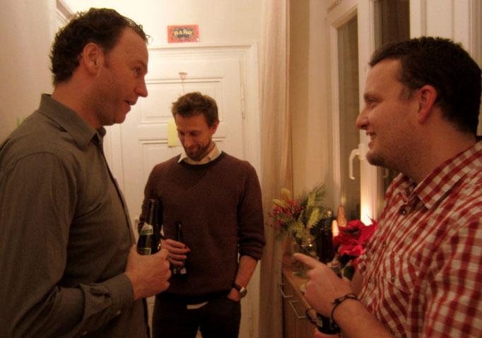 Im Wohnzimmer tummeln sich auf geschätzen 20 Quadratmetern gefühlt 30 Leute; die Männer verziehen sich auf den Gang...