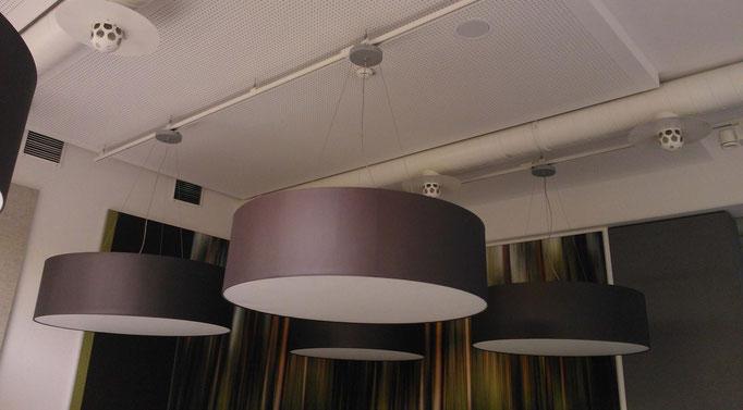 Große Lampenschirme an Hallendecke