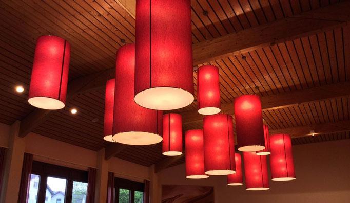 Große Lampenschirme in Eventhalle