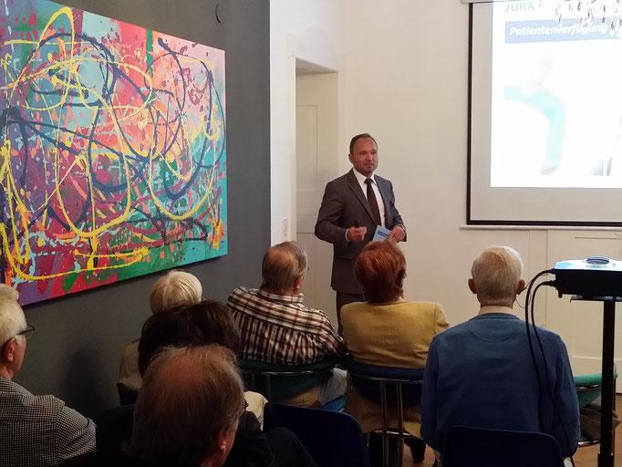 Jürgen Mussinger, Geschäftsführer der JURA DIREKT GmbH, Region Stuttgart, während des Vortrages bei der Firma Wirtschaftsimpuls GmbH in Stuttgart im Mai 2016 zum Thema Patientenverfügung, Vollmachten und Vorsorge