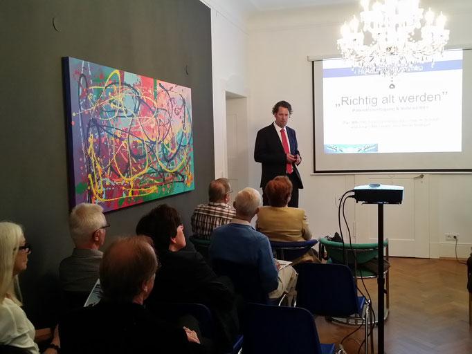 Dipl.-BW (FH), financial planner (ebs) Ingo H. Schaub während seines Vortrages zur Zinsdürre und den niedrigen Zinsen in Europa sowie deren Entwicklung.