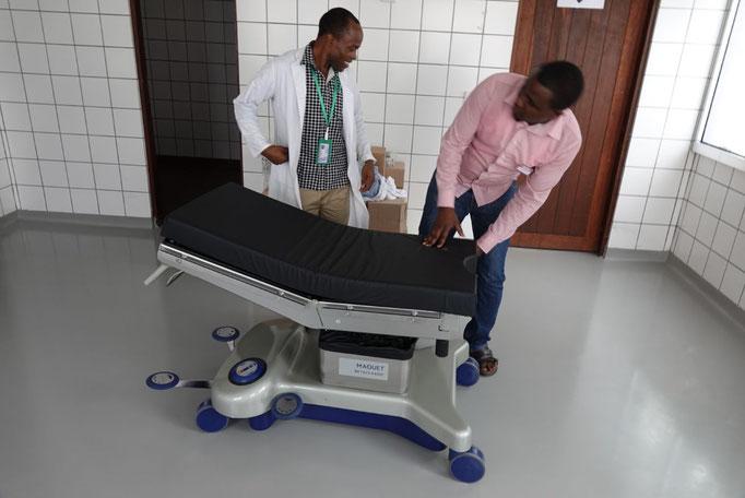 Dr. Atasia links und Dr. Ronald freuen sich auf den neuen OP-Tisch und die Inbetriebnahme des zweiten Operationssaals