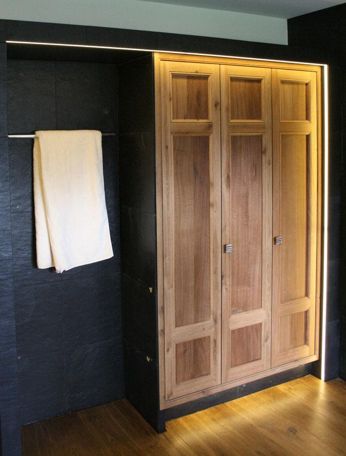 Schreinerei Hopfmann Holz Schmankerl Bichl Einbauschrank mit Massivholz im Badezimmer