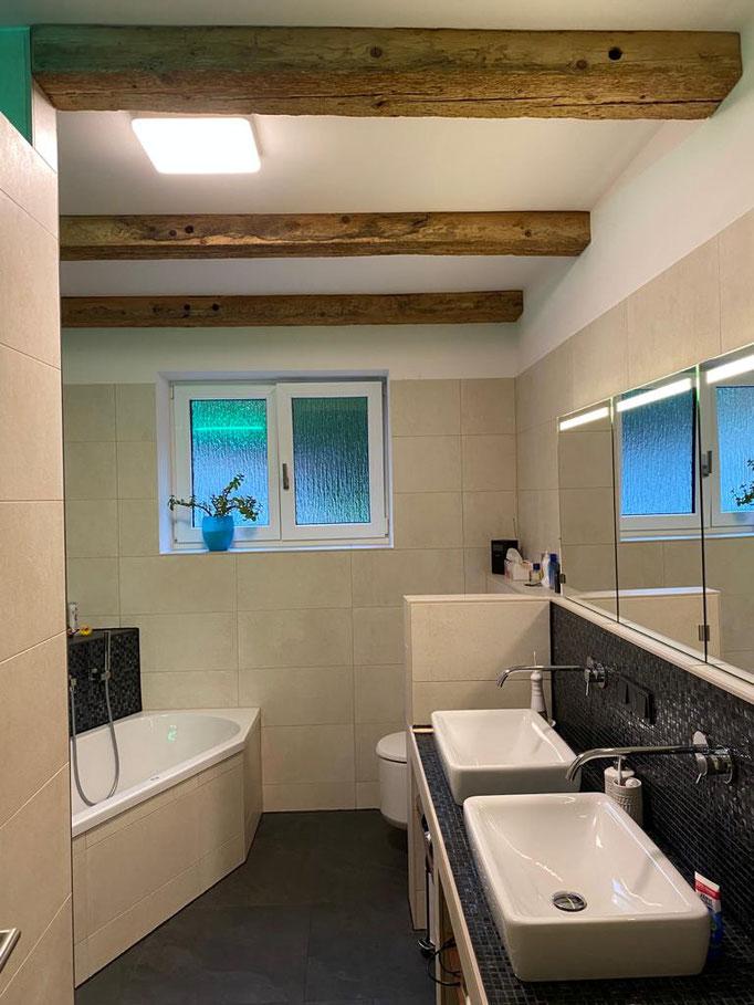 Altholzbalken verzieren die Badezimmerdecke