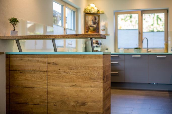 Schreinerei Hopfmann Holz Schmankerl Bichl Moderne Küche in grau mit Barthresen Eiche