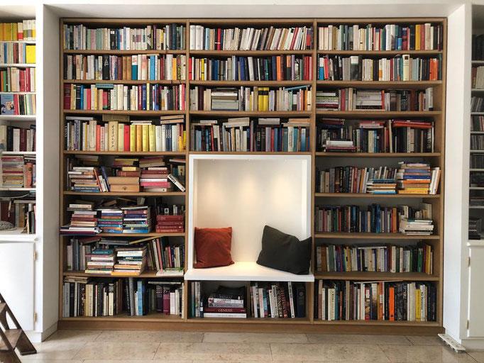 Im vorhandenen Bücherregal entstand ein Platz zum Schmökern