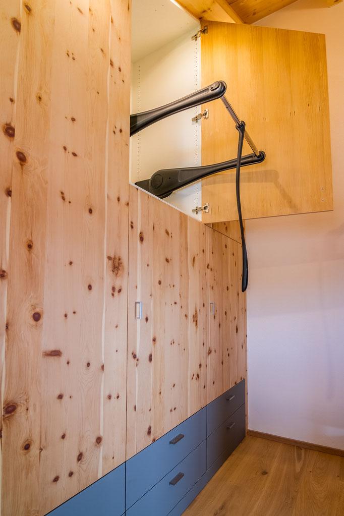 Schreinerei Hopfmann Holz Schmankerl Bichl Dank dem Kleiderlift sind auch die hohen Fächer bequem erreichbar