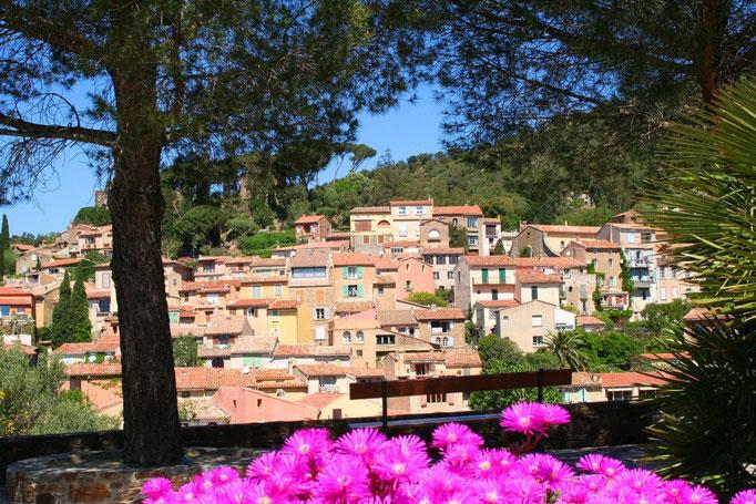 Vieux village Bormes fleuri