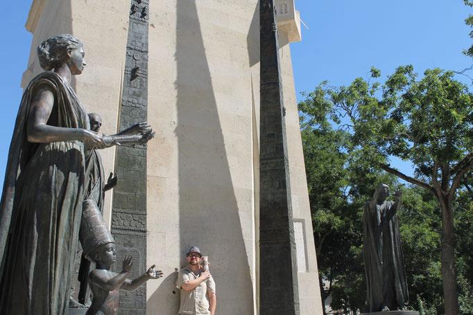 La mascotte Moka la loutre avec Benjamin devant le monument Parisien célébrant les droits de l'Homme et du citoyen de 1789