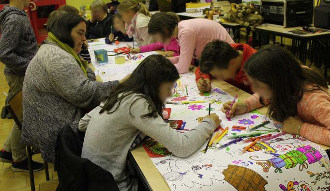 Des amoureux du coloriage et du dessin pour réaliser la fresque collective de l'illustratrice Cloé Perrotin pour le téléthon 2016