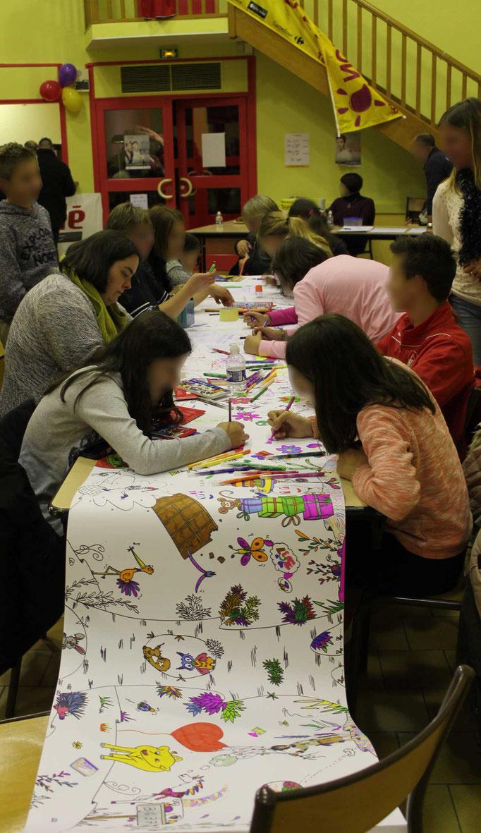 Une fresque collective se déroule selon le nombre de participants pour le téléthon 2016 avec l'illustratrice Cloé Perrotin