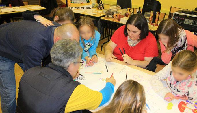 Lorsque le public se met à dessiner sur la fresque collective du téléthon 2016 en plus de colorier