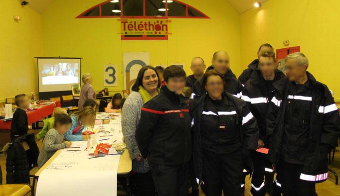 Les Pompiers de la caravane du téléthon 2016 participent avec l'illustratrice Cloé Perrotin au téléthon de St Père en Celle 2016