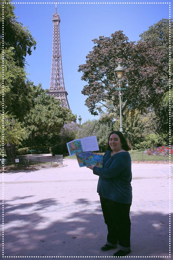 L'illustratrice Cloé Perrotin présente la trilogie jeunesse des aventures de Zip le lutin parue chez Benjulice Editions à Paris aux pieds de la Tour Eiffel