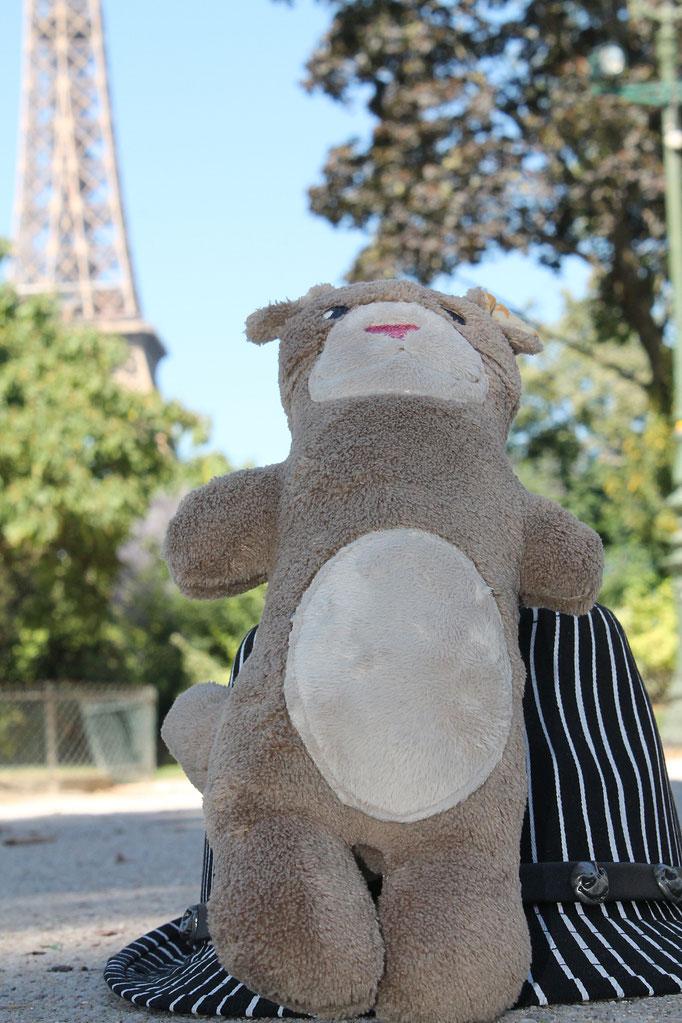 La mascotte Moka la loutre créée par l'illustratrice Cloé Perrotin adossée au chapeau à rayures noires et blanches de Jack de Disneyland Paris
