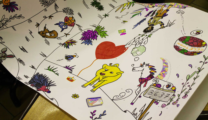 Détails d'un pas à pas réalisé et d'illustrations coloriées par le public sur la fresque de l'illustratrice Cloé Perrotin lors du téléthon 2016