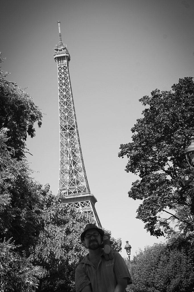 Benjamin à Paris avec la mascotte Moka la loutre version peluche pour le collectif de créateurs