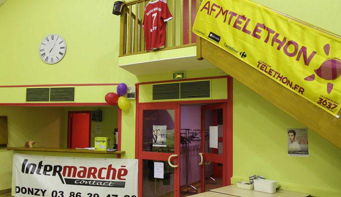 Détail de la salle de St Père dans la Nièvre pour le téléthon 2016 avec un des sponsors, l'intermarché de Donzy