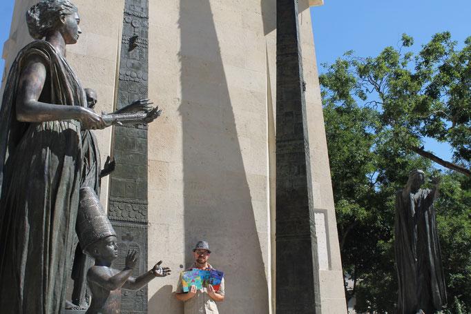 Lecteur de la trilogie Zip le lutin chez Benjulice Edition devant le Monument des Droits de l'Homme et du Citoyen de 1789 à Paris