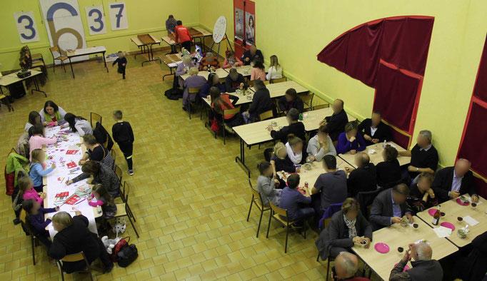 Le public vient en continu autour des tables pour colorier ou dessiner la fresque collective du téléthon 2016