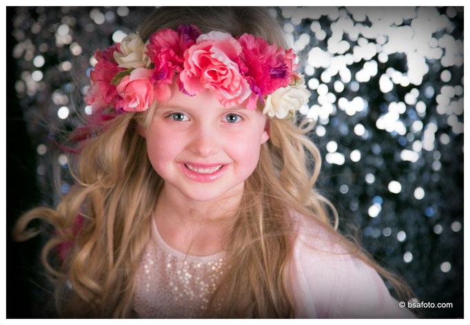 #Megastoer #lekker #gek of als een echt #fotomodel op de foto?  met Galajurkjes, make-up, kinderfeestje, Gala, Glamour, kinderfotoshoot,