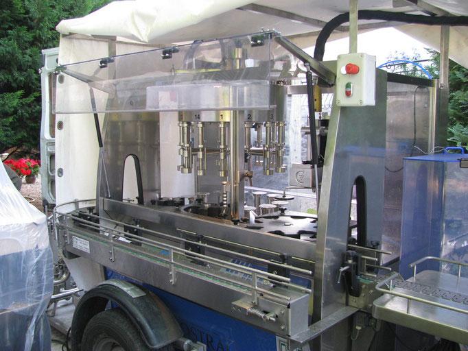 La machine à remplissage arrive ensuite