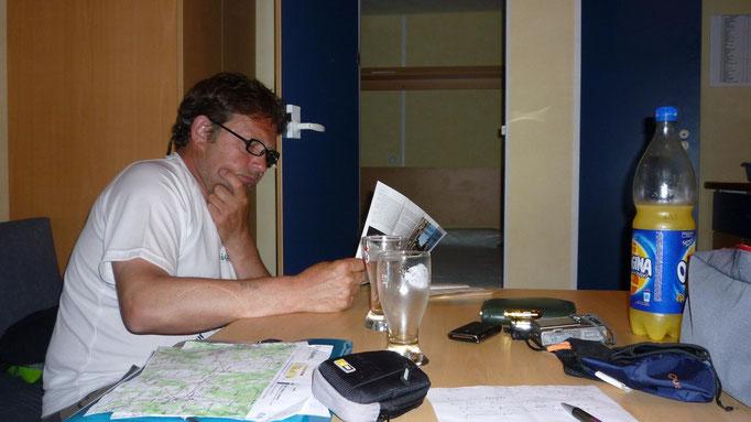 Thierry étudiant l'histoire de Sainte-Foy dans le mobilhome