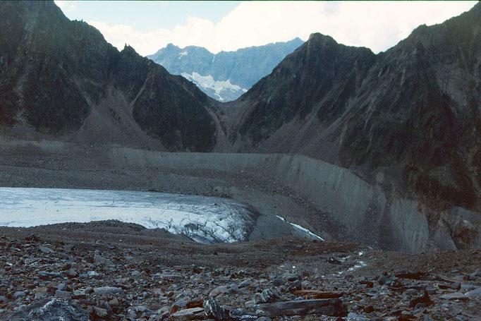 Ehemaliges Zungenende des Sulzenauferners und das Peiljoch,  2676 m, über das der Steig von der Dresdner Hütte zur Sulzenauhütte führt.