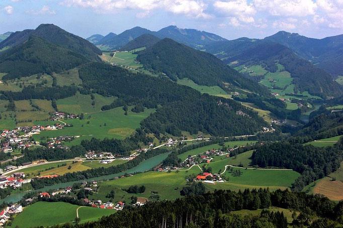 Ennstal mit Großraming und Ennstaler Alpen. In der Mitte hinten die Lindaumauer