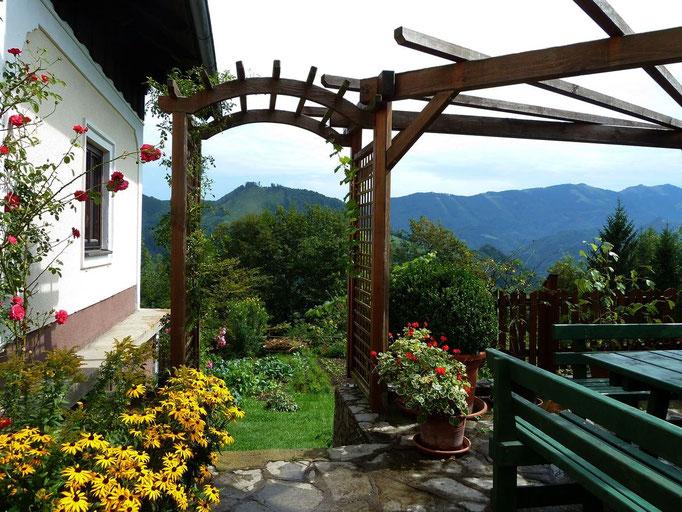 Die Terrasse mit der Pergola