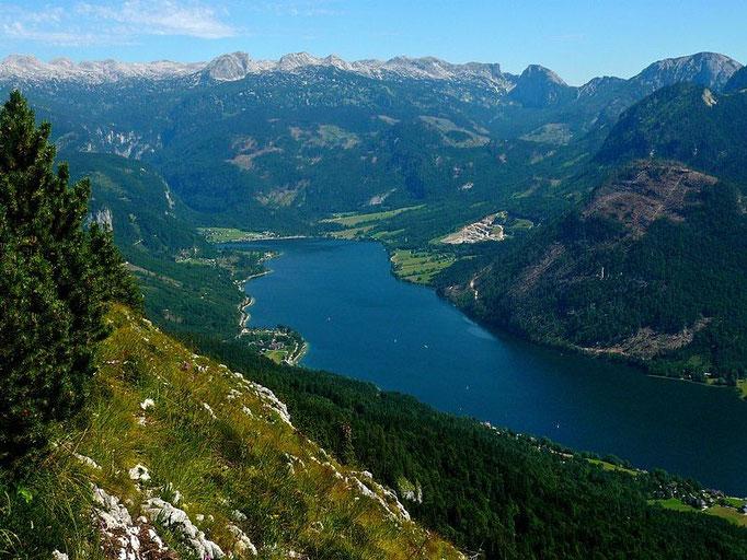 Der Grundlsee vom Anstiegsweg auf den Trisselberg. Am Ende des Sees die Ortschaft Gößl.