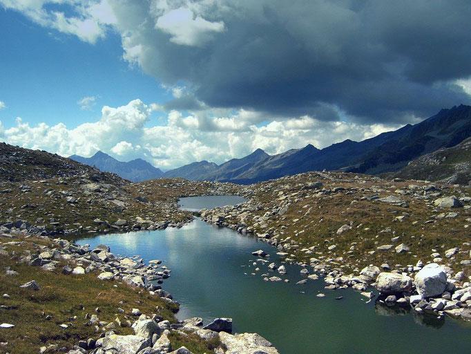 Seenplatte mit einigen kleinen Hochgebirgsseen auf dem  Pfitscher Joch